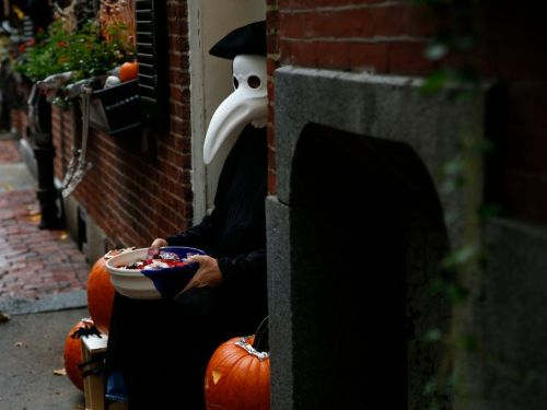 4 ways the pandemic will drastically change how families celebrate Halloween this year