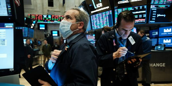 S&P 500 hovers near record highs on continued economic optimism and Fed support