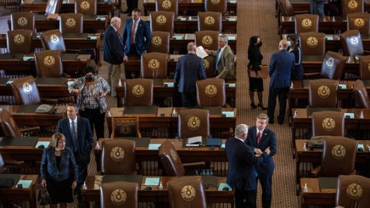 Texas lawmakers weigh a bill to let workers sue employers over COVID vaccine mandates